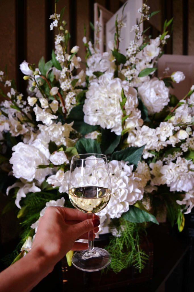 Blumen und Glas Wein im Schloß Huis de Voogst