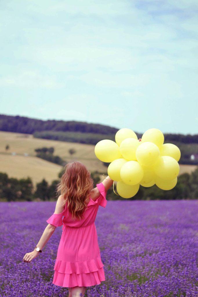 Gelbe Luftballons im Lavendel