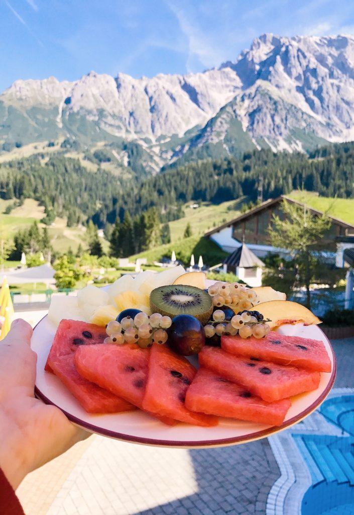 Obst beim Frühstück mit Aussicht