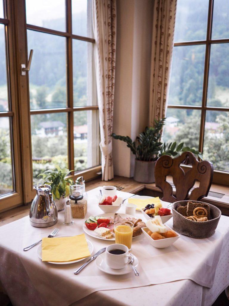 Frühstück mit Bergausblick